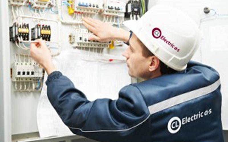 Elektriker fra CL-Electric udføre service på en el-tavle