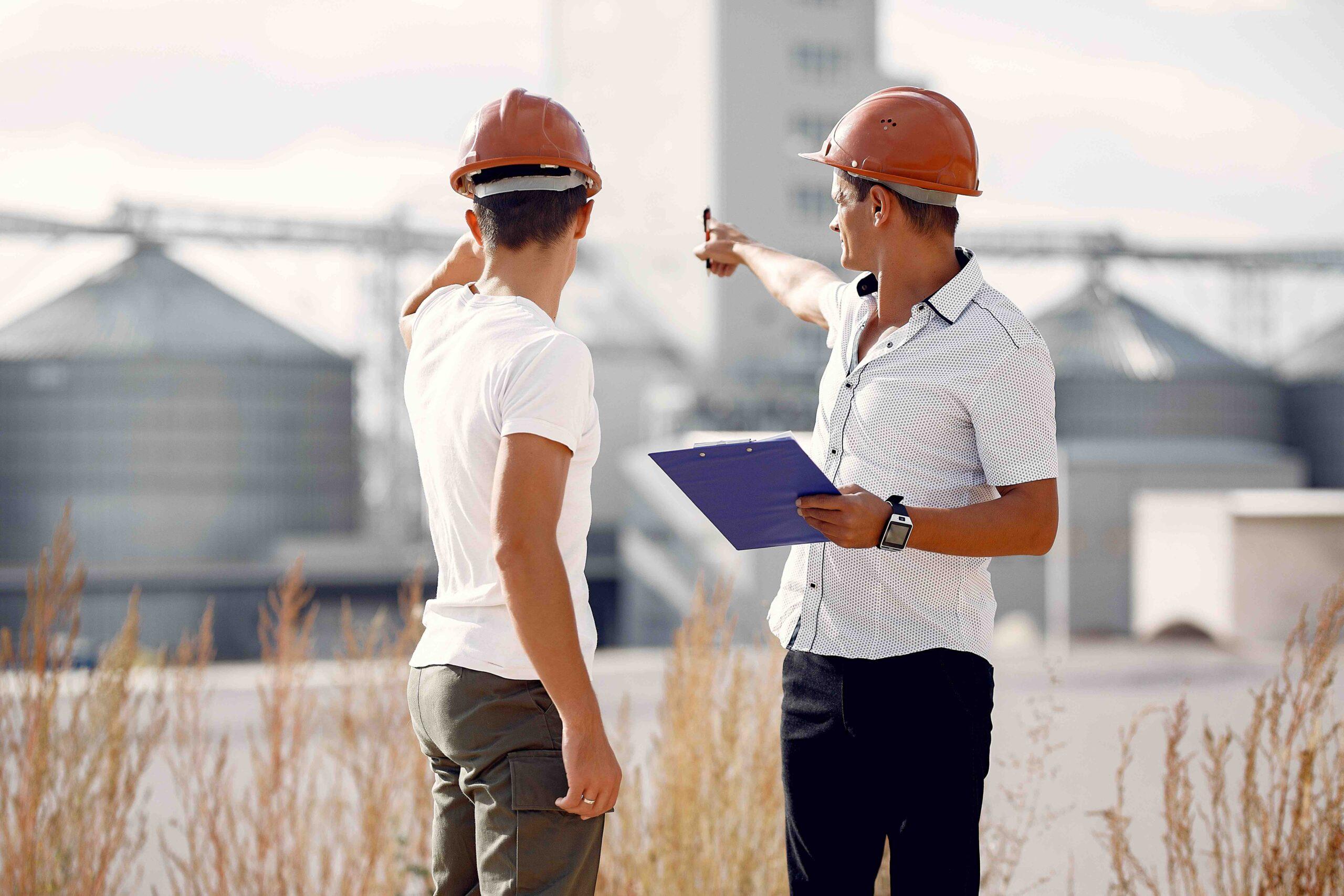 Projektleder ved opførelsen af fabrik som foretager en inspektion